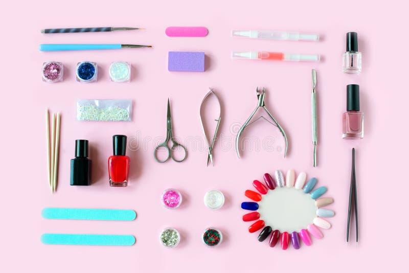 Ajuste do vários tratamento de mãos e ferramentas e acessórios do pedicure no fundo cor-de-rosa imagens de stock royalty free