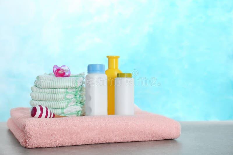 Ajuste dos acessórios diferentes e do chocalho do bebê na tabela fotos de stock