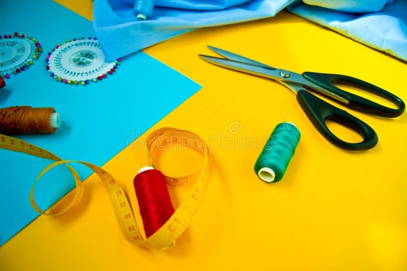 Ajuste dos acess?rios para costurar em um fundo colorido, vista superior imagem de stock royalty free