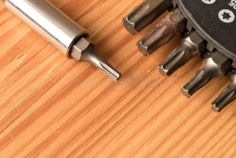 Ajuste dos bocados na tabela de madeira O conceito do trabalho Dia do Trabalhador imagem de stock