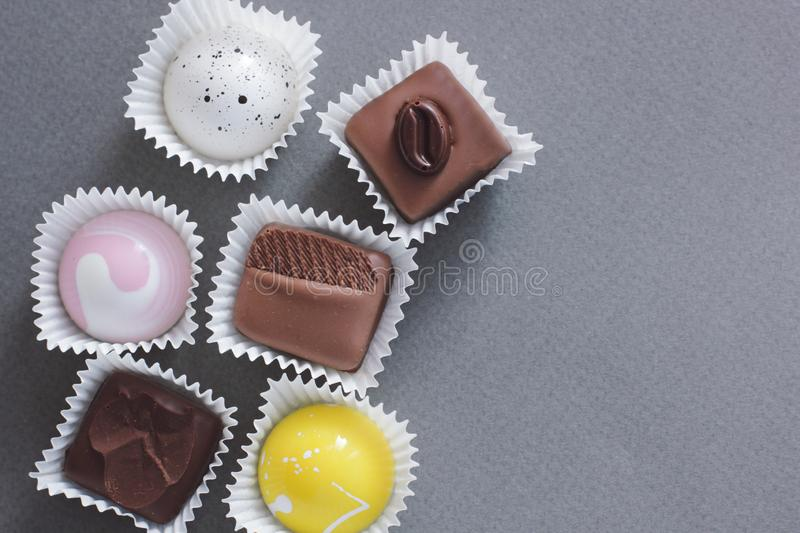 Ajuste dos chocolates no fundo fotografia de stock royalty free