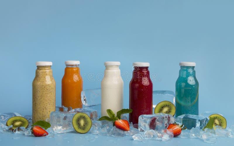 Ajuste dos cocktail diferentes da desintoxicação para cada nutrição saudável do dia imagem de stock royalty free