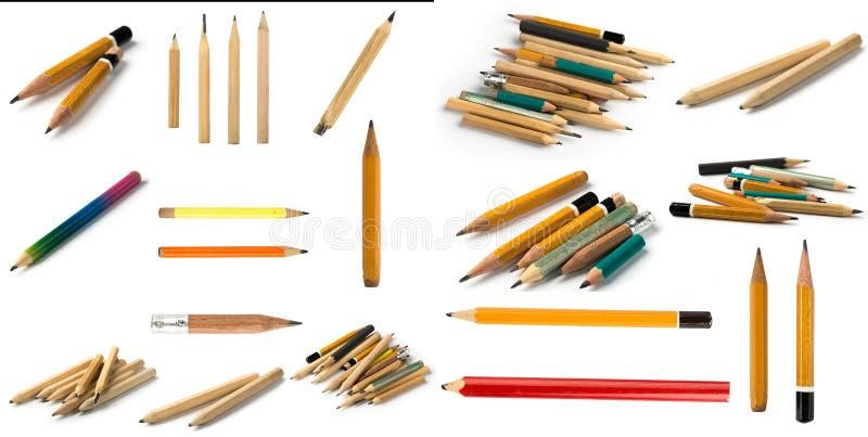 Ajuste dos lápis curtos no fundo isolado imagens de stock