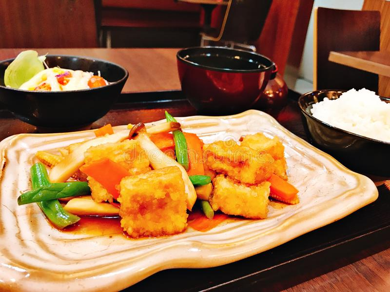 Ajuste dos legumes misturados fritados agitação com tofu fritado foto de stock royalty free