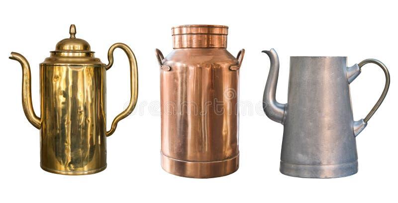 Ajuste dos objetos rústicos do vintage Chaleira de bronze, lata de cobre do leite e chaleira de alumínio Isolado no fundo branco foto de stock royalty free