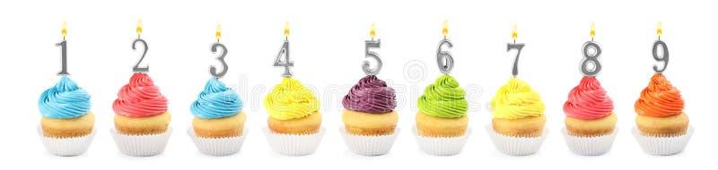 Ajuste dos queques deliciosos diferentes do aniversário com velas ardentes no branco Projeto da bandeira imagem de stock royalty free