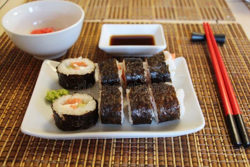 Ajuste dos rolos de sushi na esteira de bambu foto de stock royalty free