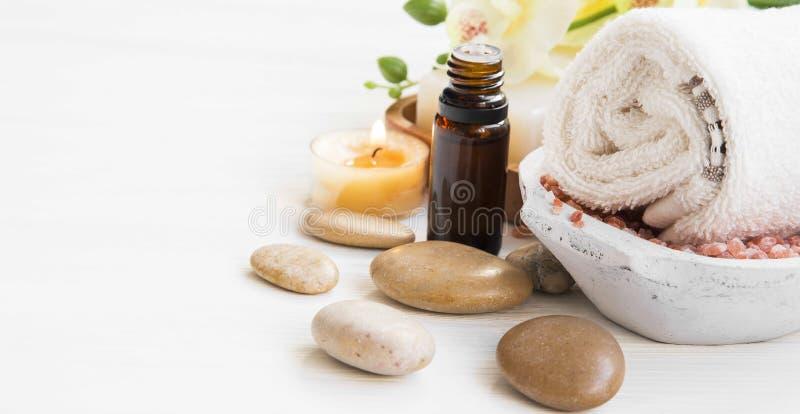 Ajuste dos termas com garrafa da essência, toalha do algodão, pedras da massagem e fotografia de stock