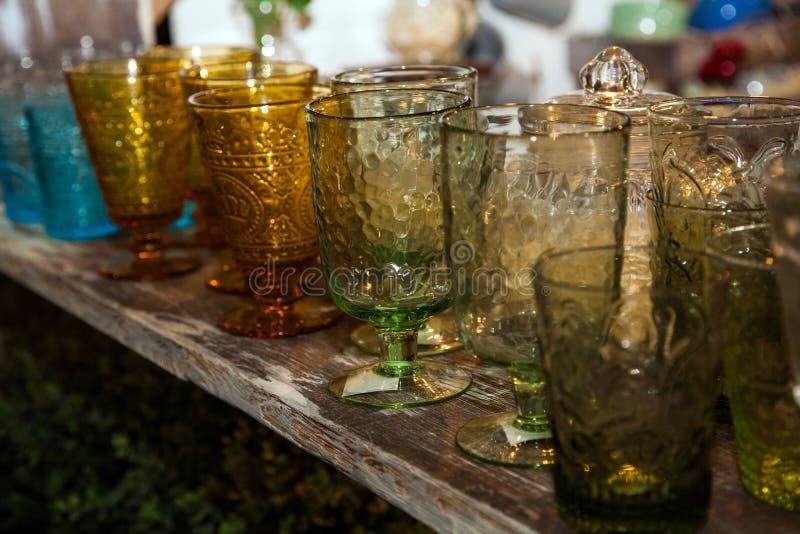 Ajuste dos vidros decorativos na placa de madeira, close-up imagem de stock