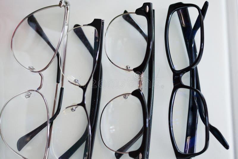 Ajuste dos vidros para a visão, em quadros diferentes para todos os casos fotos de stock royalty free