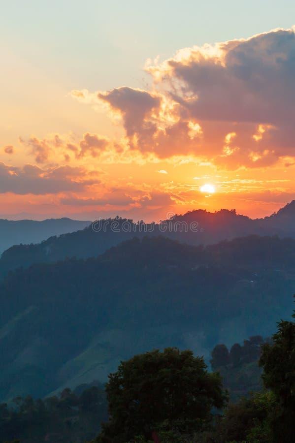 Ajuste dourado do sol sobre a parte superior da montanha de Doi Mae Salong na beira de Tailandês-Myanmar Nuvens e céu fantásticos imagens de stock