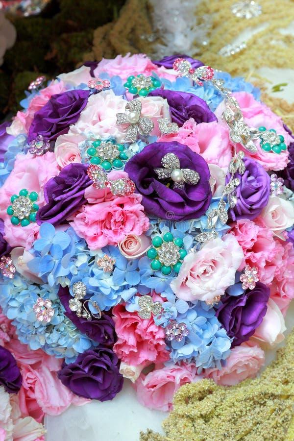Ajuste e flores da tabela da decoração do casamento foto de stock royalty free