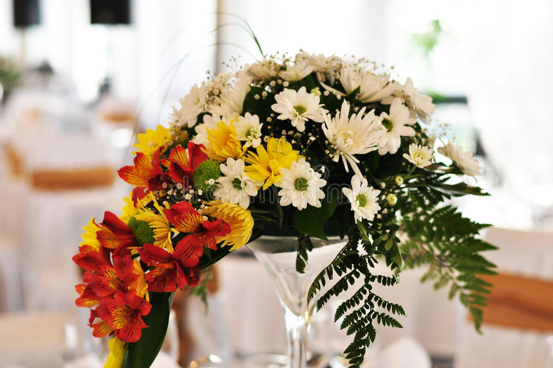 Ajuste e flores da tabela da decoração do casamento foto de stock