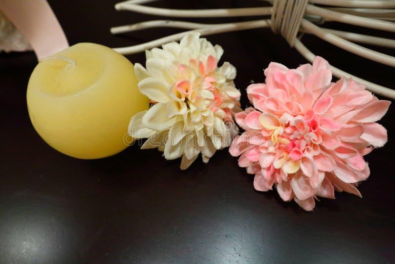 Ajuste e flores da tabela da decoração do casamento fotografia de stock