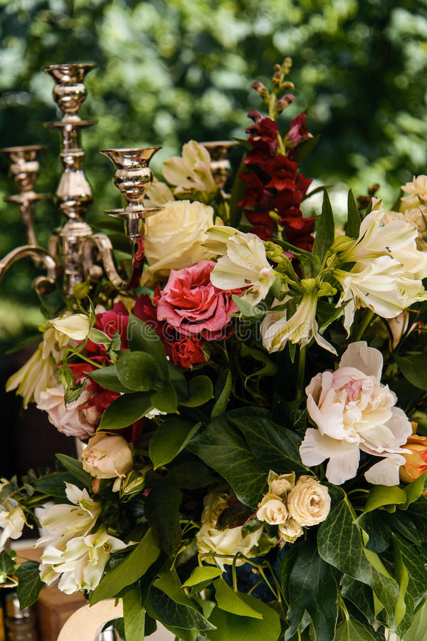 Ajuste e flores da tabela da decoração do casamento fotos de stock royalty free