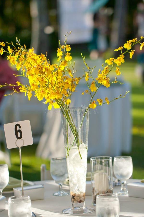 Ajuste e flores da tabela da decoração do casamento de praia imagens de stock royalty free