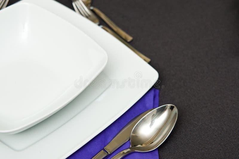 Ajuste elegante de la tabla con la servilleta violeta imagen de archivo