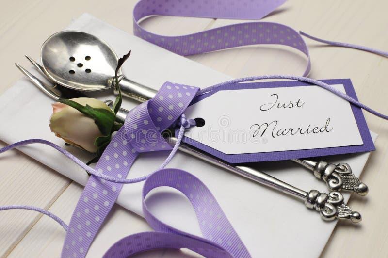 Ajuste elegante lamentable púrpura y blanco de la tabla de la boda. Cierre para arriba. imagen de archivo