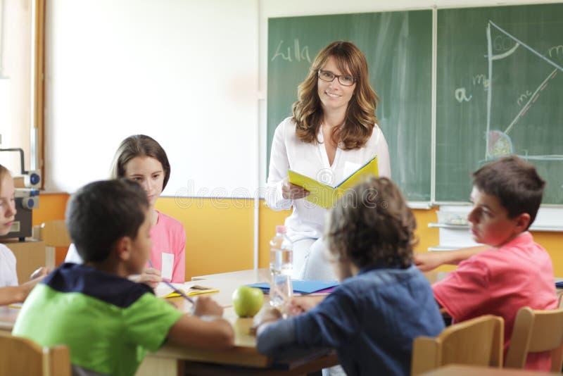 Ajuste elementar da sala de aula. Foco no professor e no quadro. imagem de stock royalty free