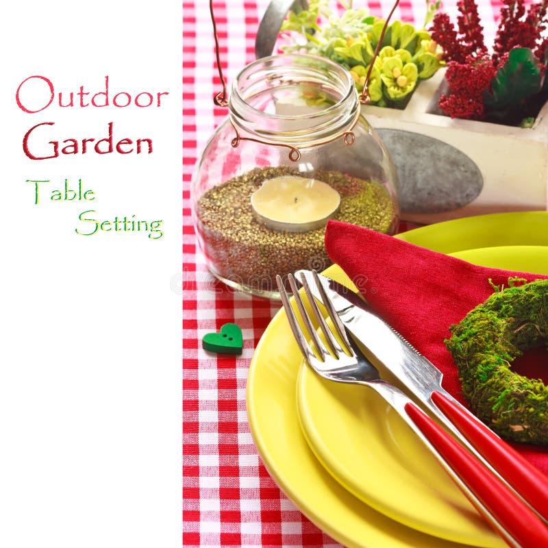 Ajuste exterior da tabela do jardim. imagem de stock royalty free