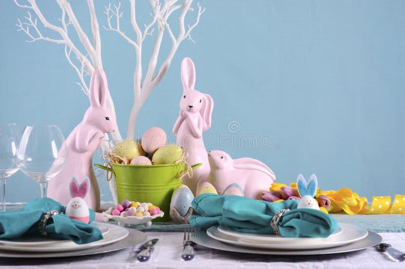 Ajuste feliz de la tabla de Pascua imagenes de archivo
