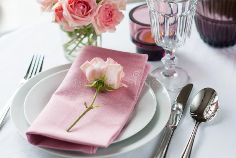 Ajuste festivo bonito da tabela com rosas imagem de stock royalty free