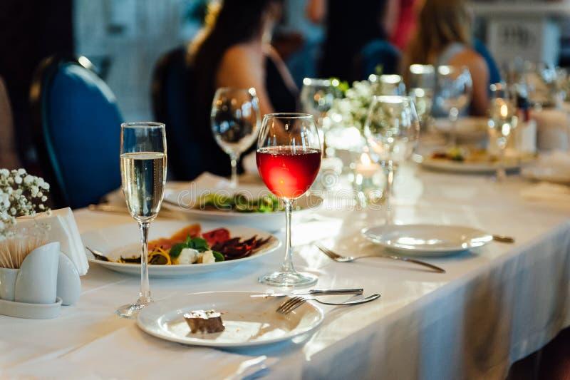 Ajuste festivo da tabela do casamento Vidros de vinho vazios imagens de stock royalty free