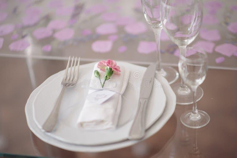 Ajuste festivo de la tabla de la boda Decoraci?n de la tabla en el d?a que se casa imagenes de archivo