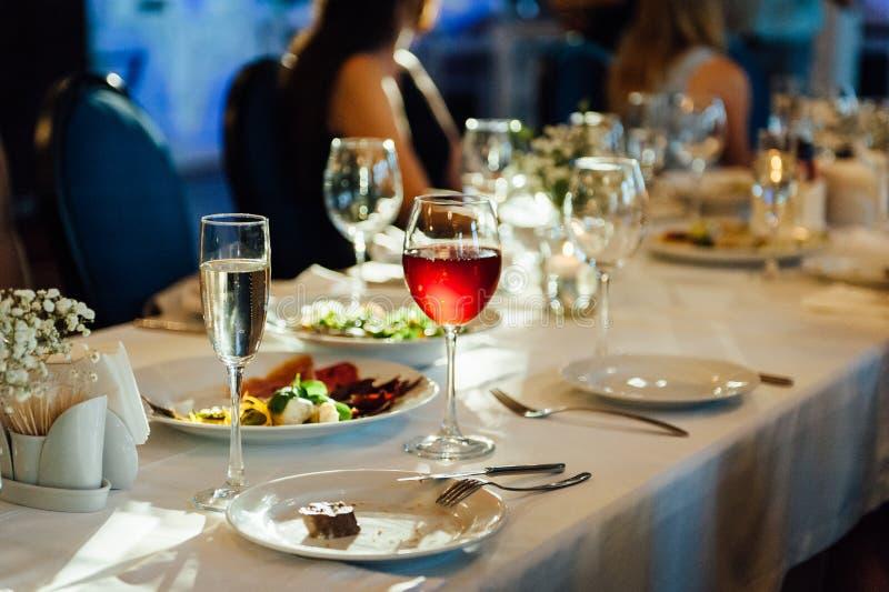 Ajuste festivo de la tabla de la boda Vidrios de vino vac?os fotografía de archivo libre de regalías