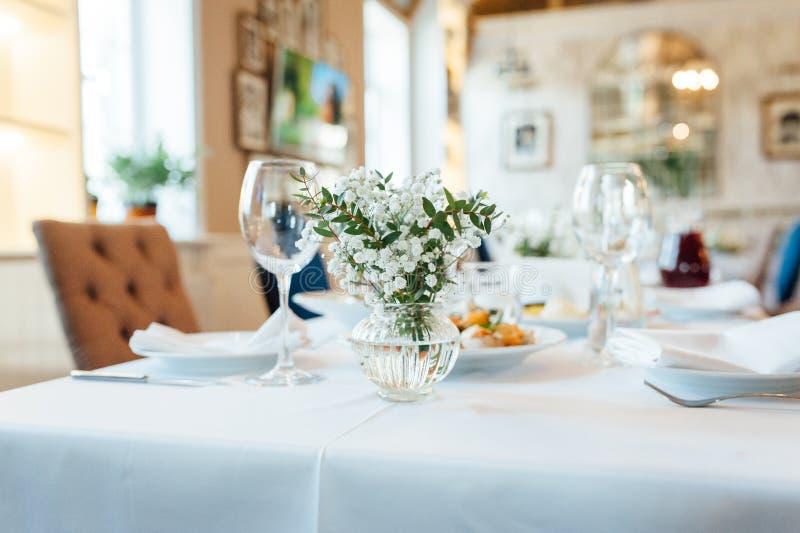 Ajuste festivo de la tabla de la boda Vidrios de vino vac?os imagenes de archivo