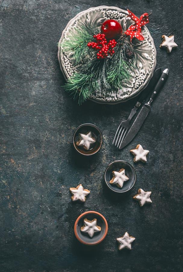 Ajuste festivo de la tabla de la Navidad para la cena del día de fiesta con la placa, cubiertos, ramas del abeto, manzana roja de foto de archivo libre de regalías