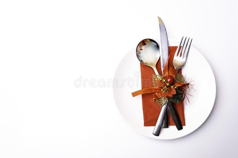 Ajuste festivo de la tabla para la Navidad o la cena del Año Nuevo: bifurcación del vintage, cuchara, cuchillo en servilleta roja foto de archivo