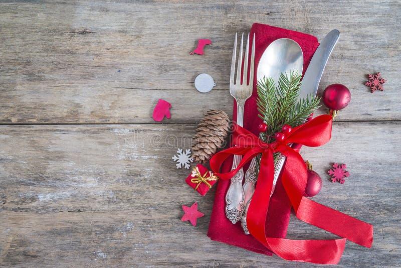 Ajuste festivo de la tabla para la Navidad o la cena del Año Nuevo: vintage fotografía de archivo