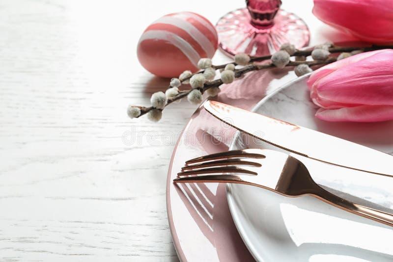 Ajuste festivo de la tabla de Pascua con el huevo pintado en fondo de madera Espacio para el texto fotos de archivo libres de regalías
