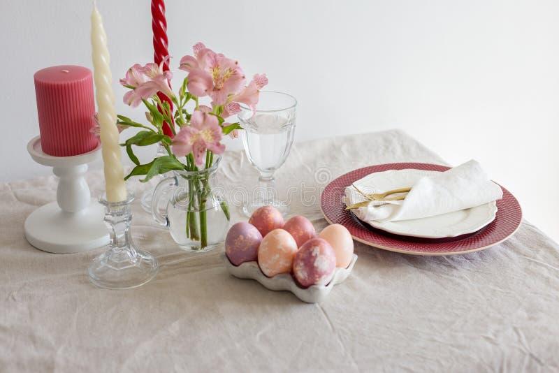 Ajuste festivo de la tabla de la primavera de Pascua con las flores imagen de archivo libre de regalías