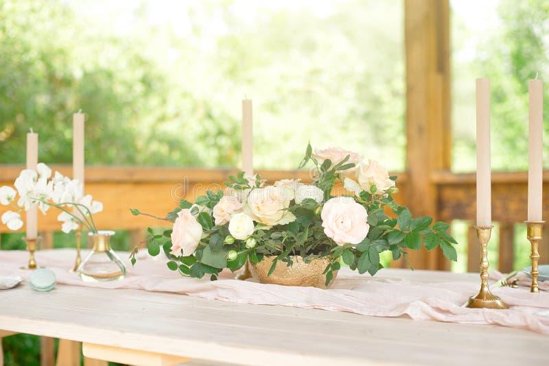Ajuste festivo hermoso de la tabla con las flores blancas y los cubiertos elegantes, decoraci?n de la tabla de cena foto de archivo
