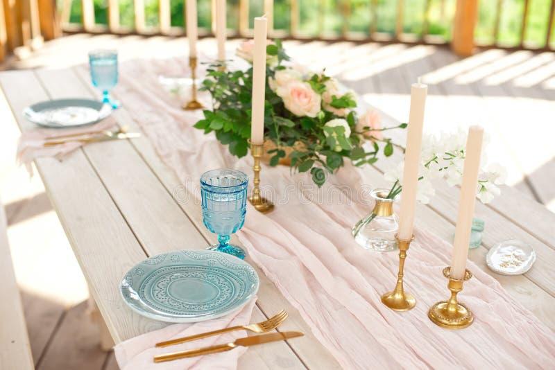 Ajuste festivo hermoso de la tabla con las flores blancas y los cubiertos elegantes, decoraci?n de la tabla de cena imágenes de archivo libres de regalías