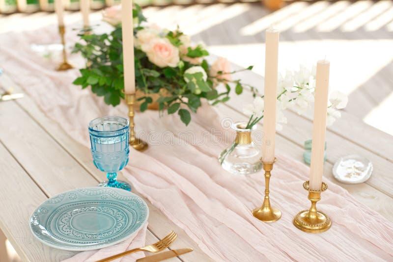 Ajuste festivo hermoso de la tabla con las flores blancas y los cubiertos elegantes, decoraci?n de la tabla de cena fotografía de archivo