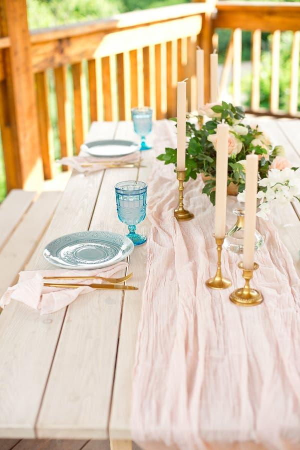 Ajuste festivo hermoso de la tabla con las flores blancas y los cubiertos elegantes, decoraci?n de la tabla de cena foto de archivo libre de regalías