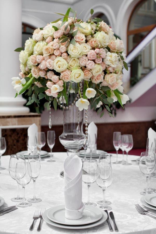 Ajuste fino de la tabla con las rosas fotografía de archivo