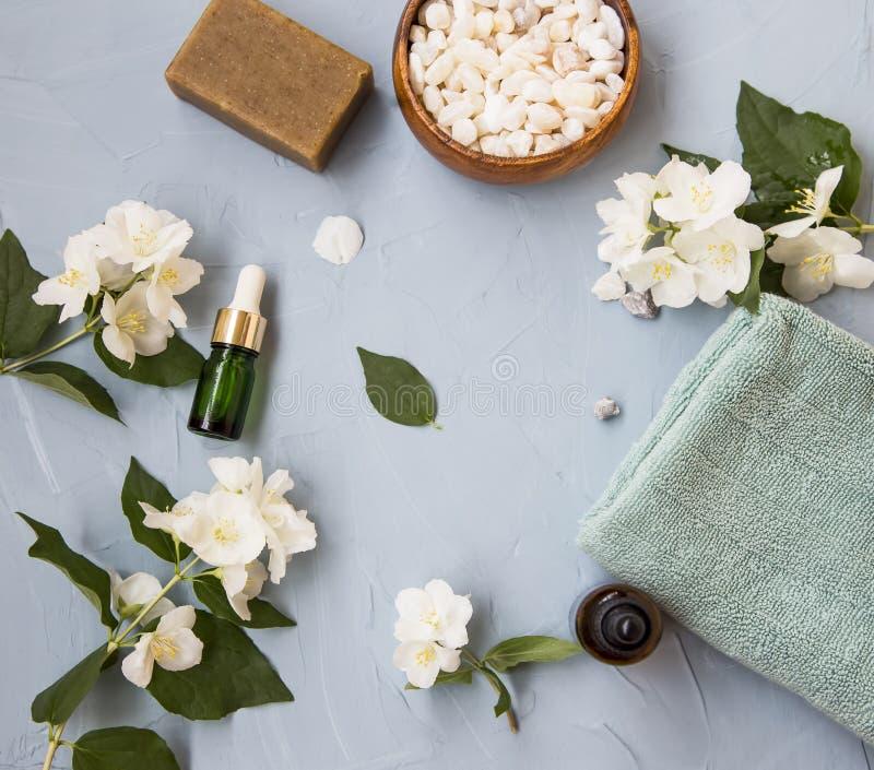 Ajuste flatlay del balneario y del skincare con aceite y flores de jazmín imagen de archivo