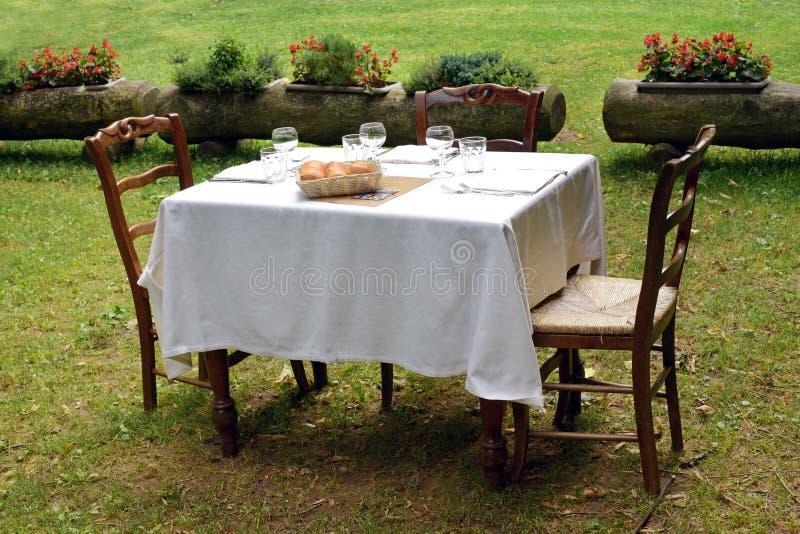 Ajuste formal de la tabla en un césped privado foto de archivo