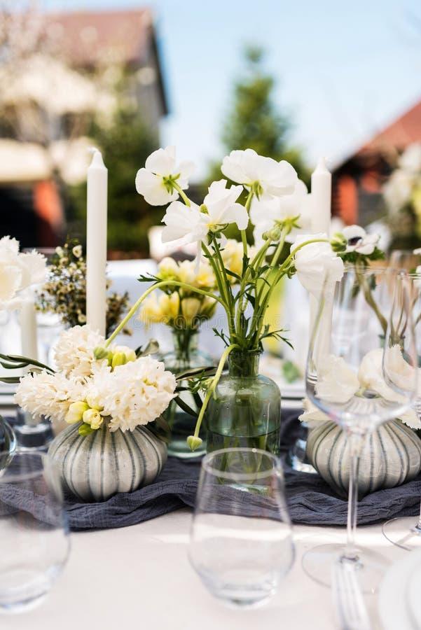 Ajuste hermoso de la tabla con las flores blancas y verdes imagen de archivo libre de regalías