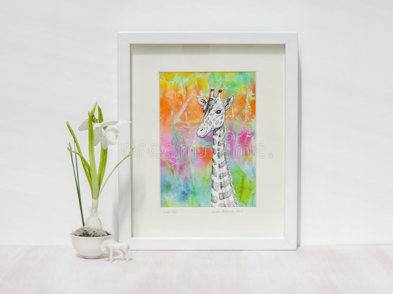 Ajuste interior branco Arte finala quadro do girafa com fundo colorido fotografia de stock royalty free
