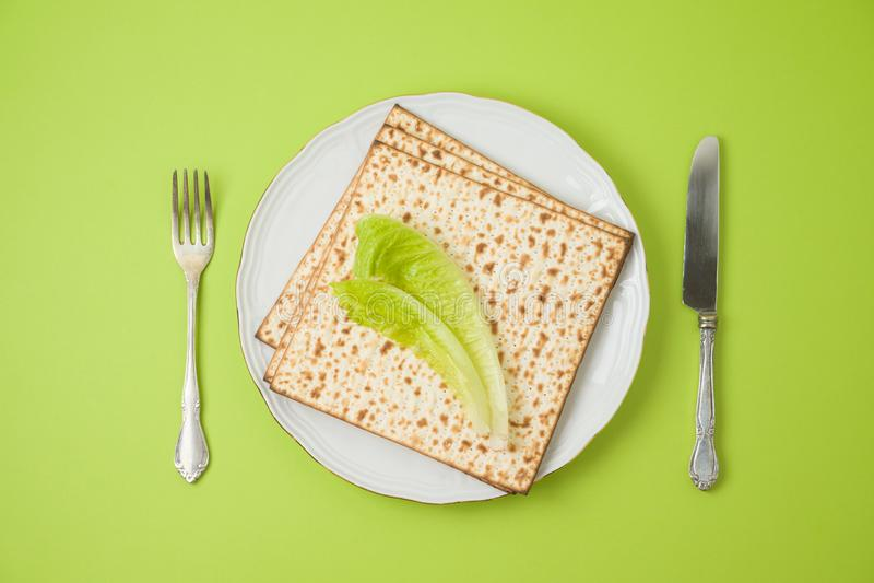 Ajuste judío de la tabla de cena del seder de la pascua judía del día de fiesta con el matzo en la placa fotos de archivo
