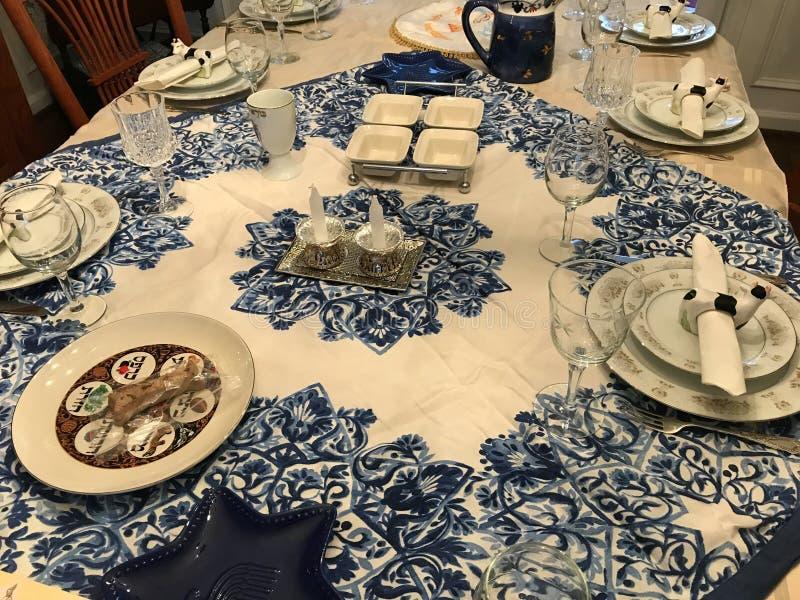 Ajuste judío tradicional de la tabla de cena de la pascua judía foto de archivo libre de regalías