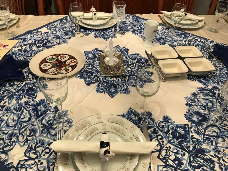 Ajuste judío tradicional de la tabla de cena de la pascua judía foto de archivo