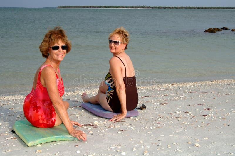 Ajuste a las mujeres mayores en la playa imágenes de archivo libres de regalías