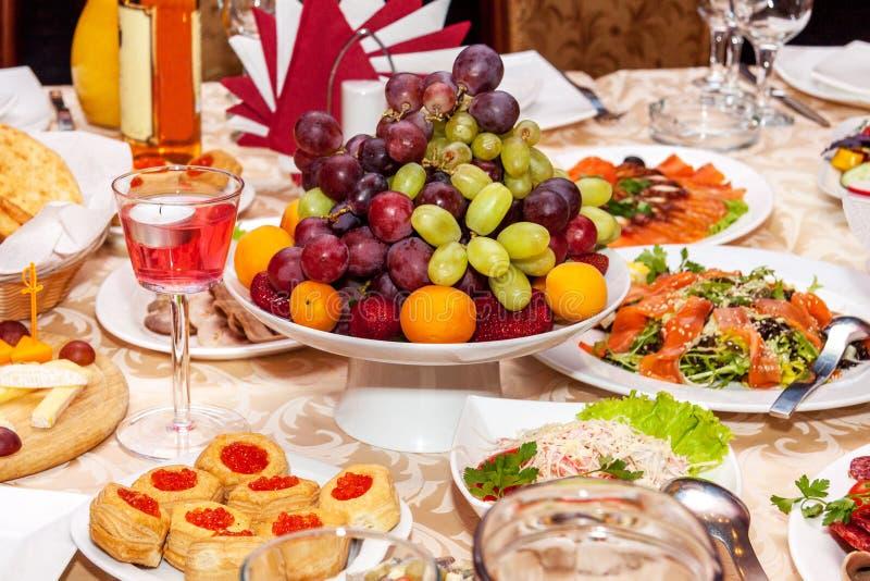Ajuste lujoso de la tabla para una boda o un día de fiesta imagen de archivo