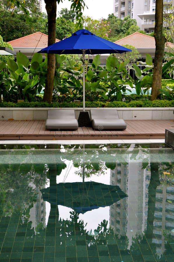 Ajuste luxuoso da piscina do recurso imagens de stock